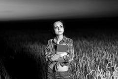 Flicka i vetefält Arkivbilder