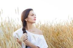 Flicka i vetefält Fotografering för Bildbyråer