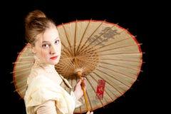 Flicka i viktoriansk klänning med det kinesiska paraplyet Arkivbild