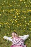 Flicka i vila för blomningäng Royaltyfri Foto