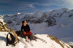 Flicka i vinterberg Arkivfoto