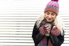 Flicka i vinterkläder och värmedrink Royaltyfri Foto