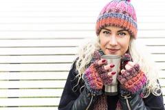 Flicka i vinterkläder och värmedrink Arkivbilder