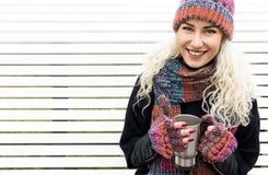 Flicka i vinterkläder som dricker kaffe Royaltyfri Fotografi