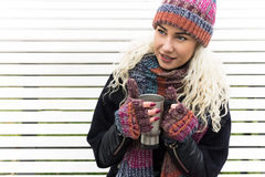 Flicka i vinterkläder som dricker kaffe Fotografering för Bildbyråer