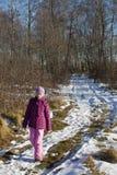 Flicka i vinterskog Royaltyfri Fotografi