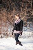 Flicka i vinterskog Arkivbild