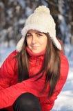 Flicka i vinterskogen Arkivfoto