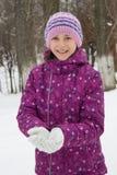 Flicka i vintertorkduk Arkivfoton