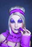 Flicka i violet Arkivfoto