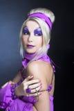 Flicka i violet Arkivfoton