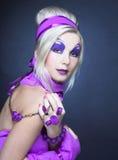 Flicka i violet Royaltyfri Foto