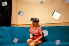 Flicka i virtuell verklighethjälm och många kuber 3d Royaltyfria Bilder