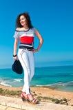 Flicka i vit byxa mot havet Arkivbild