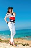 Flicka i vit byxa och blå hatt Royaltyfria Bilder