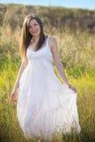 Flicka i vitklänning Fotografering för Bildbyråer