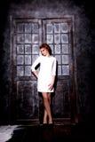 Flicka i vitklänning Arkivbild