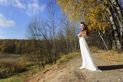 Flicka i vitklänning Arkivbilder