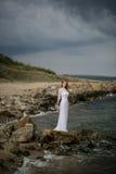 Flicka i vitklänning Arkivfoton