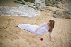 Flicka i vitklänning Royaltyfri Fotografi