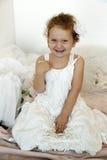 Flicka i vitklänning Arkivfoto