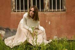 Flicka i vitt framme av den gamla byggnaden Royaltyfri Fotografi