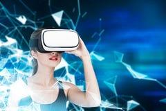 Flicka i VR-exponeringsglas och ärmlös tröja, linjer royaltyfria foton