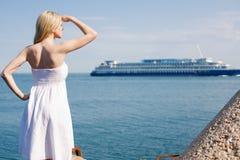 Flicka i white på havet arkivbilder