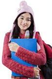 Flicka i woolen kläderhållmapp Arkivfoto