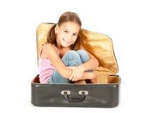 flicka inom little resväska Royaltyfri Foto