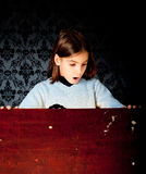flicka inom little seende stam Royaltyfria Bilder