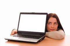 flicka isolerat bärbar datorwhitebarn arkivbild