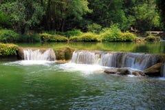 flicka jed little vattenfall för noi-sao sju Arkivbild