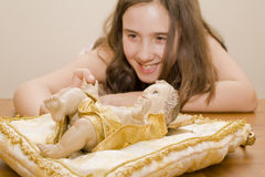 flicka jesus som pekar statyn till Royaltyfri Foto