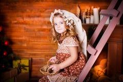 Flicka klänning, hatt, julspis! Royaltyfri Fotografi