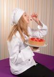 Flicka-konditor med den körsbärsröda pajen Royaltyfria Foton