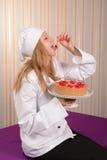 Flicka-konditor med den körsbärsröda pajen Royaltyfri Bild