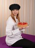 Flicka-konditor med den körsbärsröda pajen Royaltyfri Foto