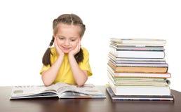 Flicka läst bok arkivfoto