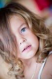 flicka little älskvärd stående Arkivfoto