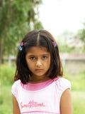 flicka little allvarlig stående Arkivfoton