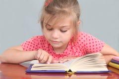 flicka little avläsning Arkivfoto