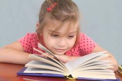 flicka little avläsning Fotografering för Bildbyråer