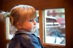 flicka little fönster Fotografering för Bildbyråer