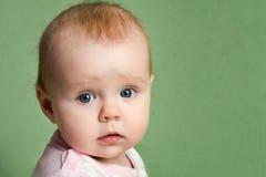 flicka little förvånad stående Royaltyfri Bild