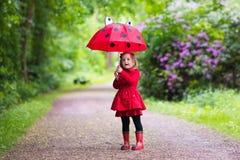 flicka little gå för regn Fotografering för Bildbyråer