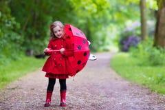 flicka little gå för regn Royaltyfria Foton