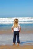 flicka little hålla ögonen på för hav Arkivbild