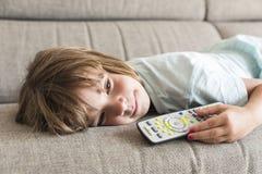 flicka little hålla ögonen på för tv Arkivfoton