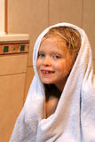 flicka little handduk royaltyfri foto